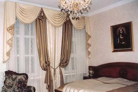 бежевые классические шторы в спальне