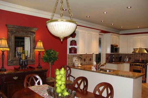 кухня с белыми фасадами с красной стеной