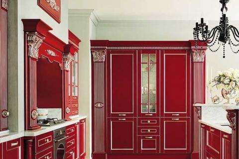 классическая кухня темно-красного цвета