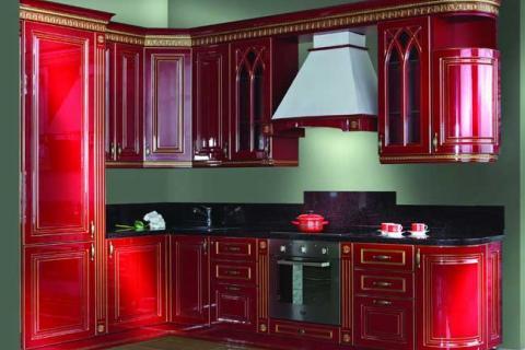 Кухня винного цвета с золотом